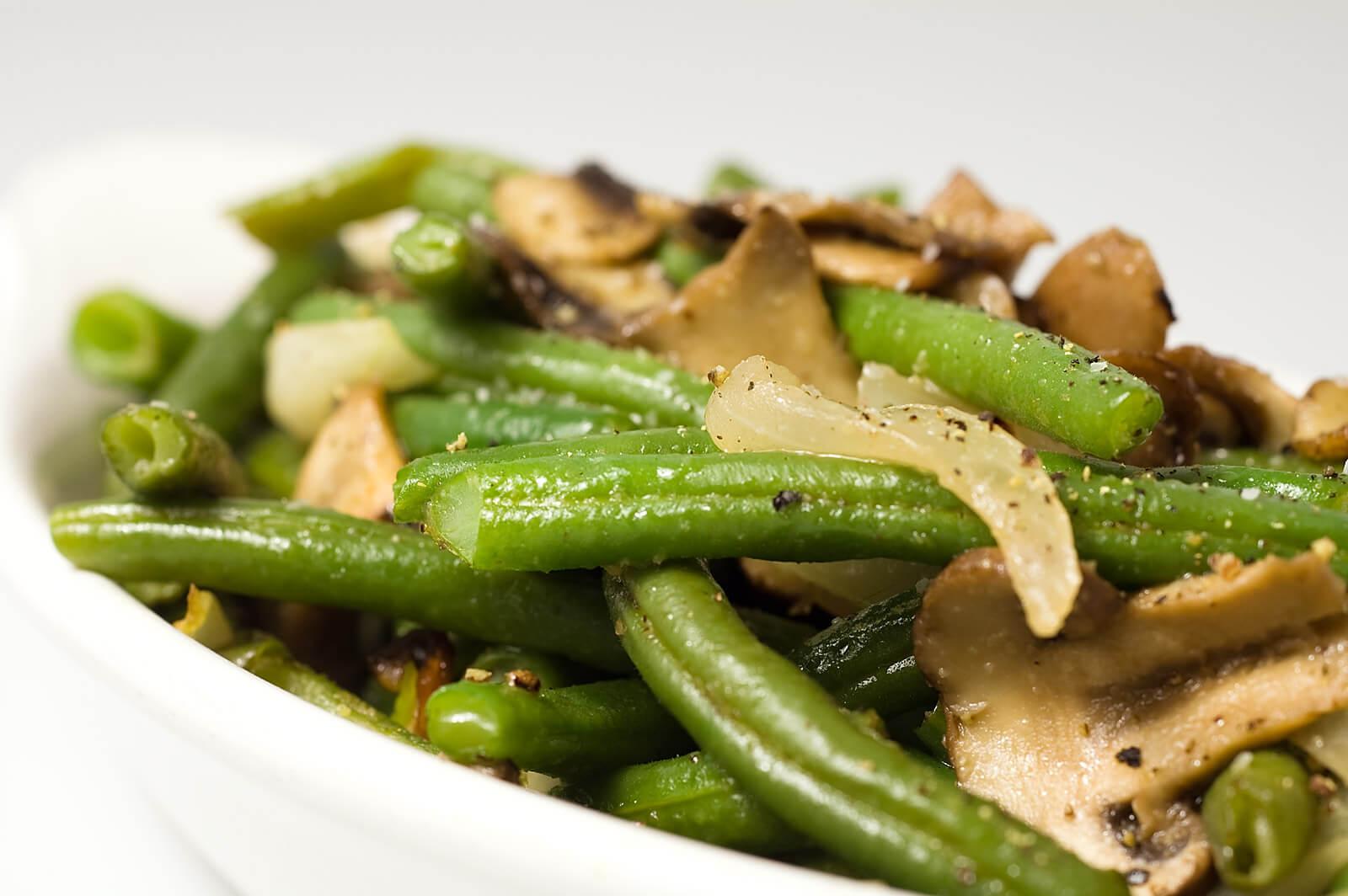 салат со стручковой фасолью и грибами