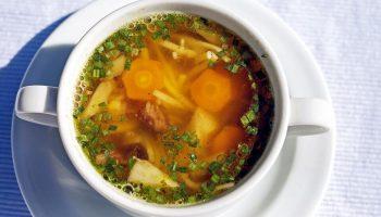 Худеем к лету: диетический суп с курицей и легкий грибной супчик