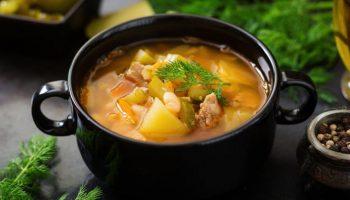 Недорогой суп с солеными огурцами для тех, кто на диете