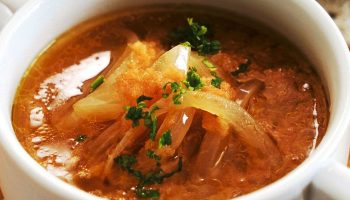 Легкий луковый суп с томатами