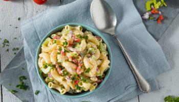 Теплый низкокалорийный салат с пастой и овощами