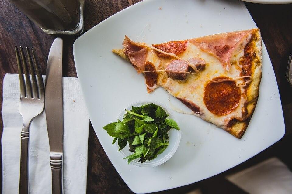 Кусок пиццы: калорийность