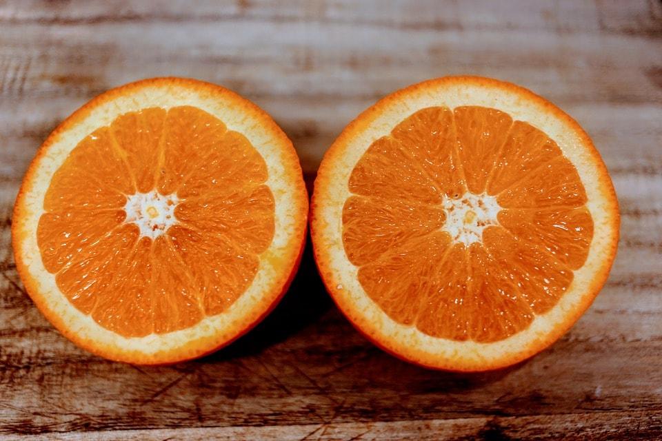 курица с апельсинами на сковороде