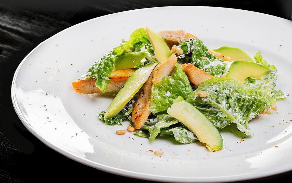 салат из авокадо с индейкой