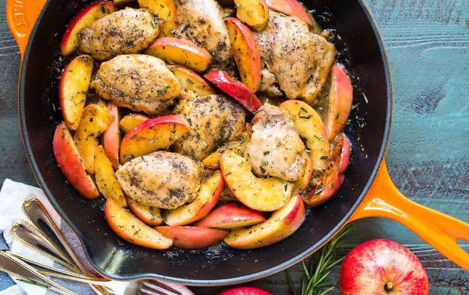 Сочная курица запеченная с яблоками