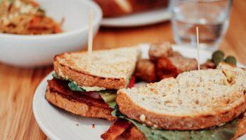 Полезный сэндвич с ветчиной и яйцом