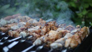 Какой шашлык готовить на праздники, рассказывает Минздрав