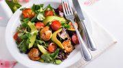 Теплый диетический салат с креветками, цуккини и авокадо