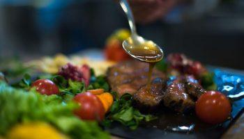Сочные стейки на праздничный стол: 4 оригинальных рецепта