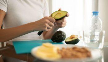 Полезные привычки, от которых вес может только расти