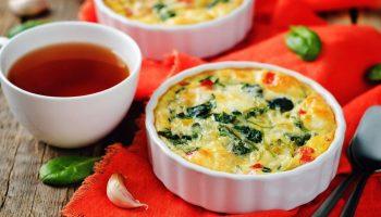 Сытный и полезный завтрак — омлет под сыром с овощами