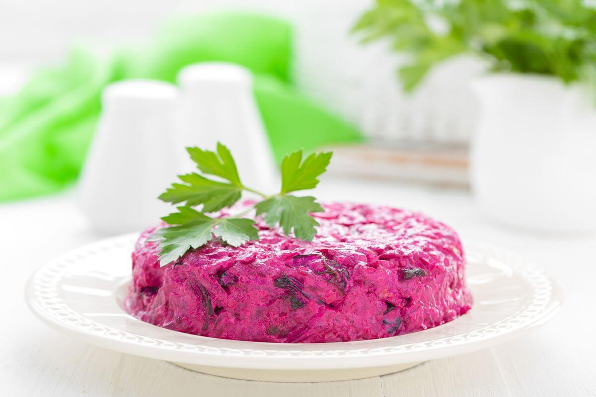 салат из свеклы с черносливом, грецкими орехами и сметаной