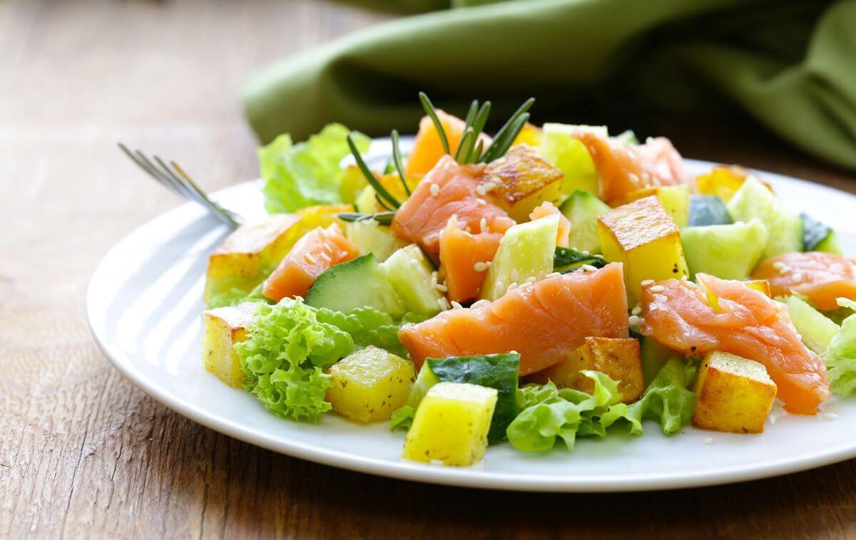 салат с картофелем и красной рыбой