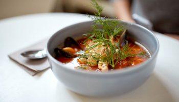 Рисовый суп с рыбой и мидиями