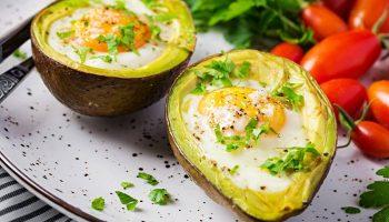запеченный авокадо с яйцом